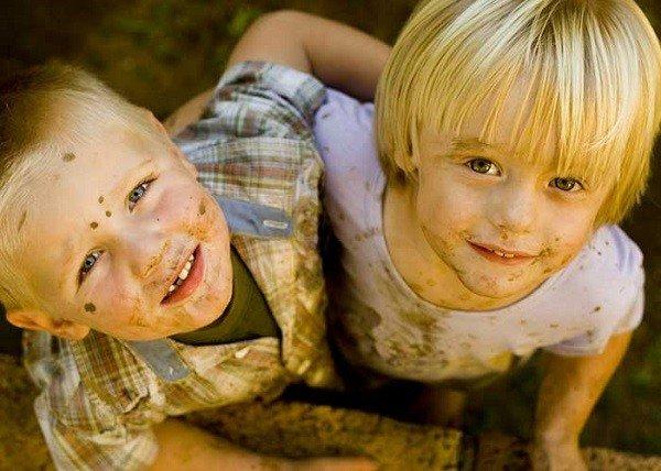 Дети очень тесно общаются друг с другом, что приводит к заражению педикулезом