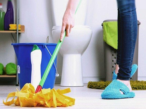 Вымойте пол в ванной и вытрите насухо