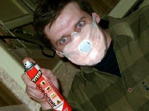 """Перед распылением """"Дихлофоса"""" наденьте маску"""
