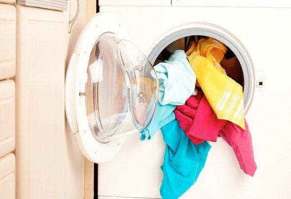 Если средство попало на белье или одежду, нужно его постирать
