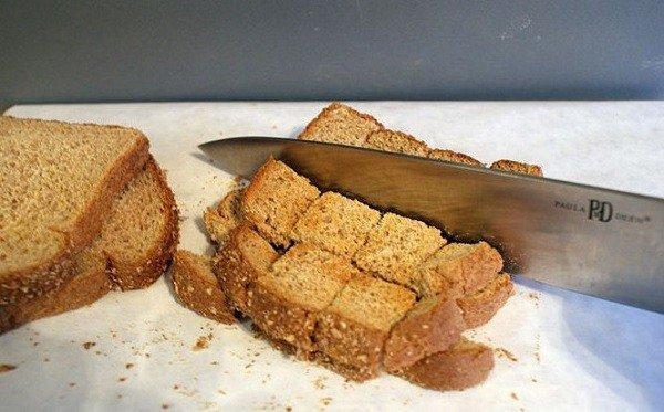 Крошки хлеба на полу - самое любимое лакомство тараканов