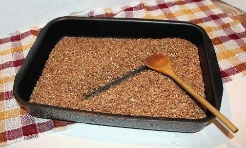 Прожаривание крупы в духовке поможет избавиться от жучков