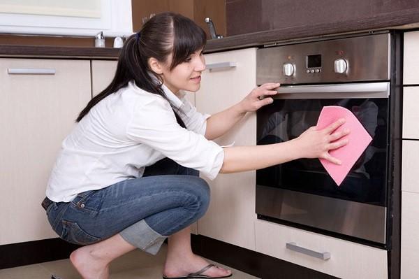 Уборка всей кухни - залог успешной борьбы с луковой мошкой