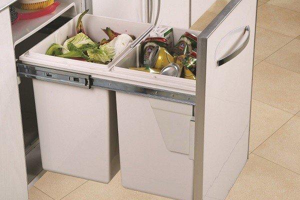 Залежавшийся мусор, а особенно фрукты и овощи - главная причина появления мошек