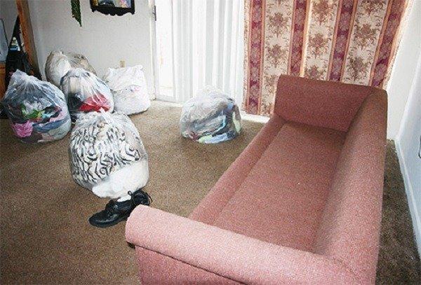 Вещи и постельное белье, предварительно обработанное, убираем