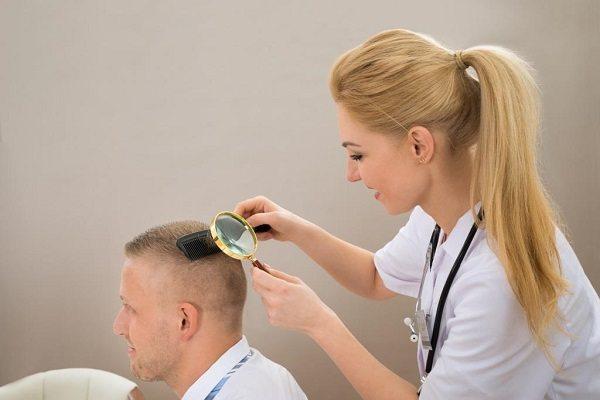 Профилактический осмотр головы на наличие вшей и гнид