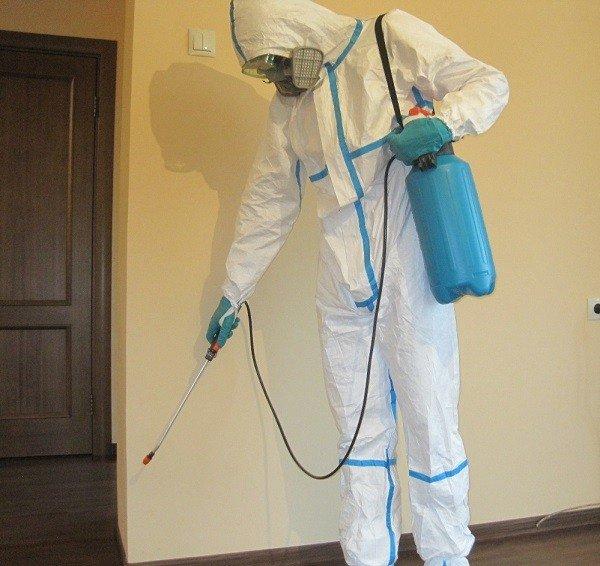 Наденьте защитный костюм перед началом обработки Аверфосом