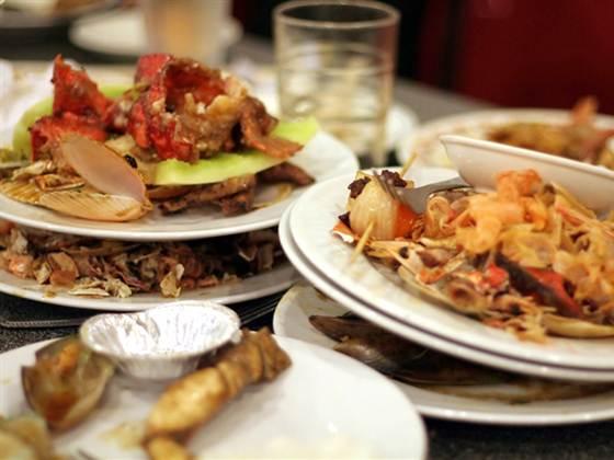 Оставленная на столе еда привлекает тараканов