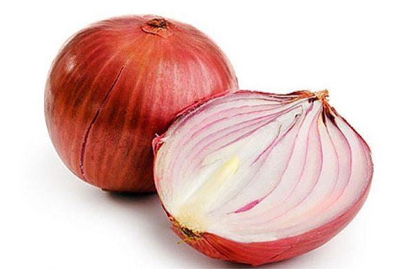 Приложите половинку луковицы к месту укуса клопа