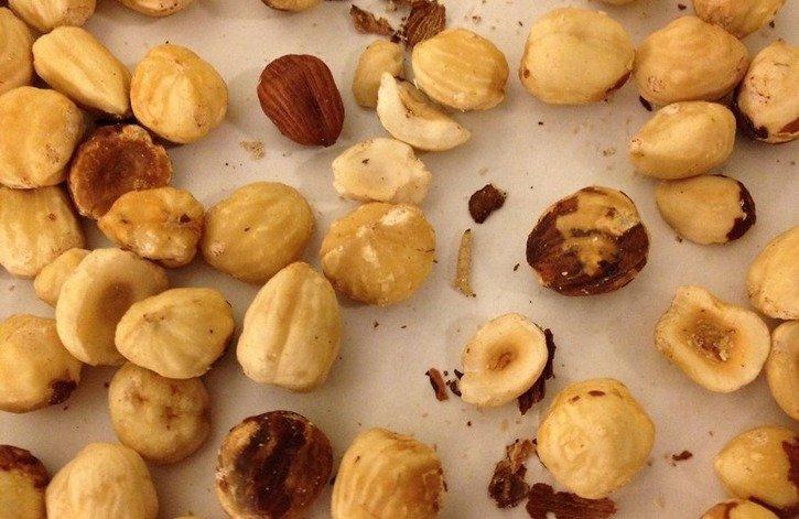 Личинки амбарной моли в орехах