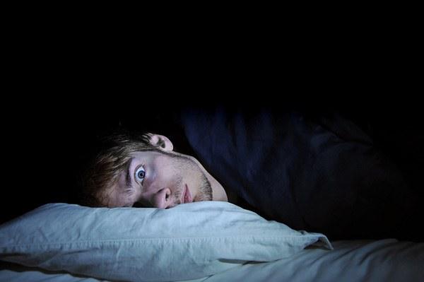 Развивается бессонница из-за наличия в постели клопов