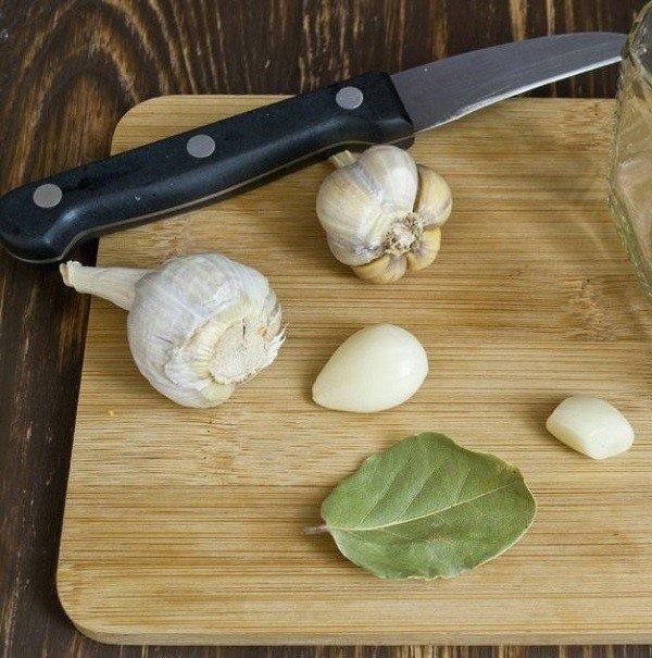 Мучные клещи не переносят запах чеснока и лаврового листа