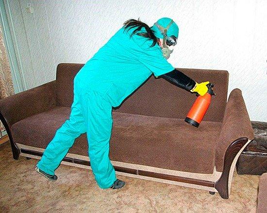Наденьте защитные средства перед обработкой квартиры от клопов