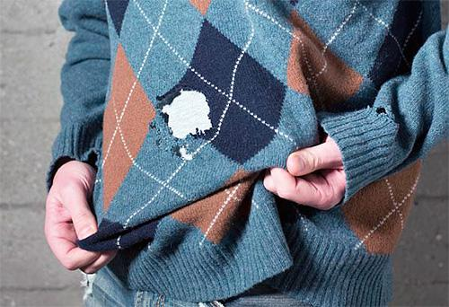 Дыры в свитере, оставленные личинкой платяной моли