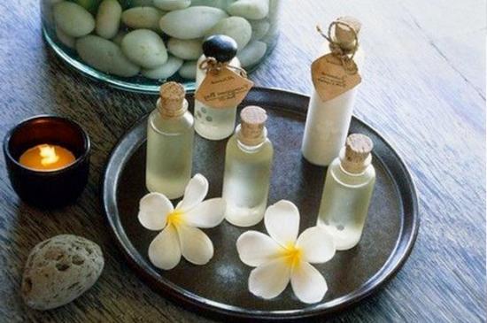 Смазывание мест укусов эфирными маслами поможет устранить зуд и покраснение