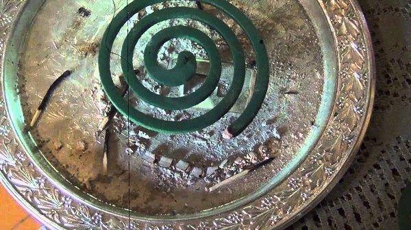 Тлеющую спираль лучше поставить в металлическую емкость