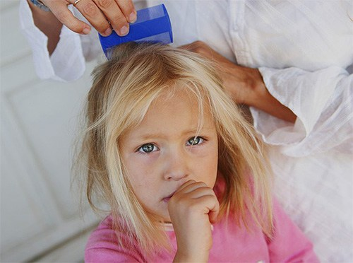 Вычесывание головы после применения шампуня
